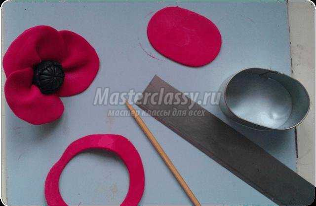 кулон-подвеска из полимерной глины. Мак