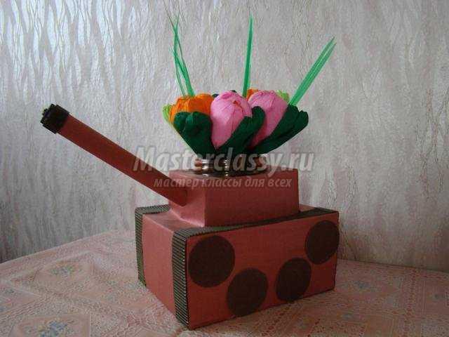 подарок на 23 февраля. Танк-ваза из коробок