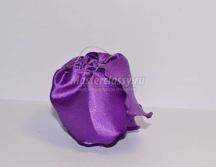 Фиолетовые цветы из лент