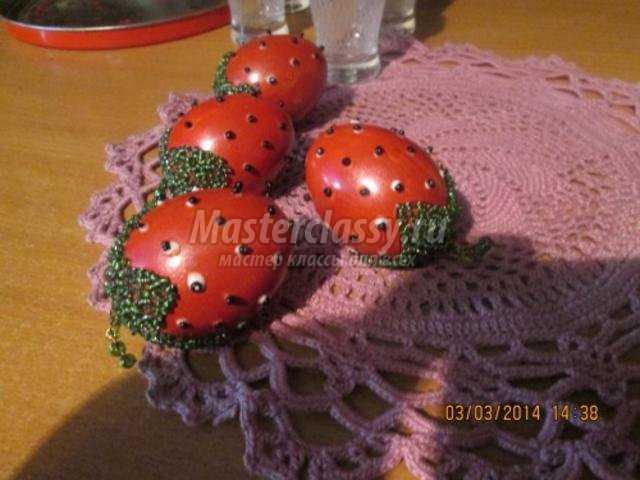 пасхальные яйца, декорированные бисером. Ягоды клубники