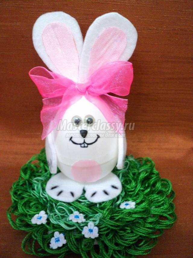 пасхальный зайчик из пластикового яйца