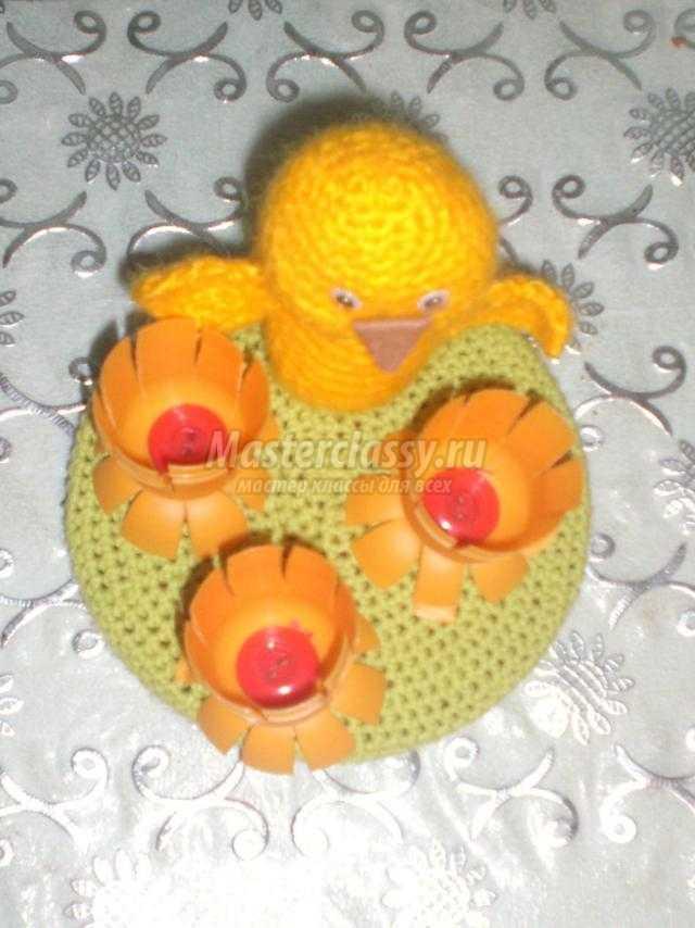 вязаная подставка для яиц. Цыпленок на цветочной полянке
