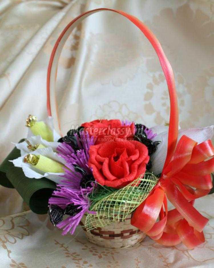 сладкая композиция из конфет. Каллы и розы