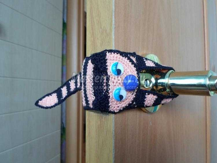 вязаная накладка на дверь крючком. Кот