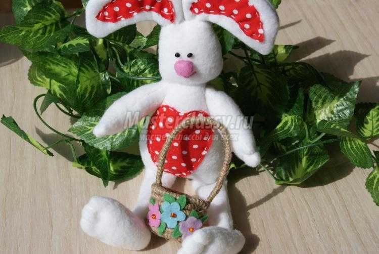 пасхальный кролик из флиса с корзинкой