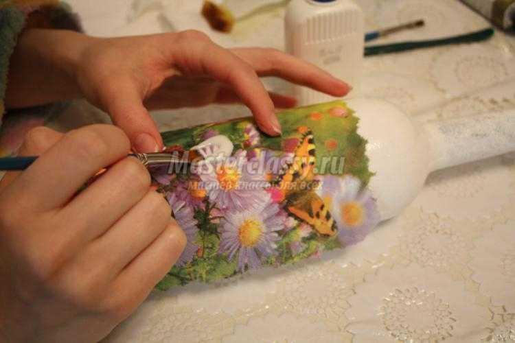 декупаж бутылка своими руками. Бабочки на цветах