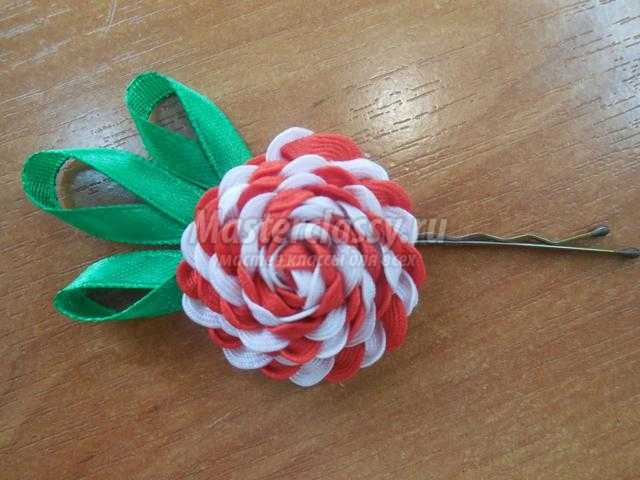 заколка-цветок из тесьмы зигзаг