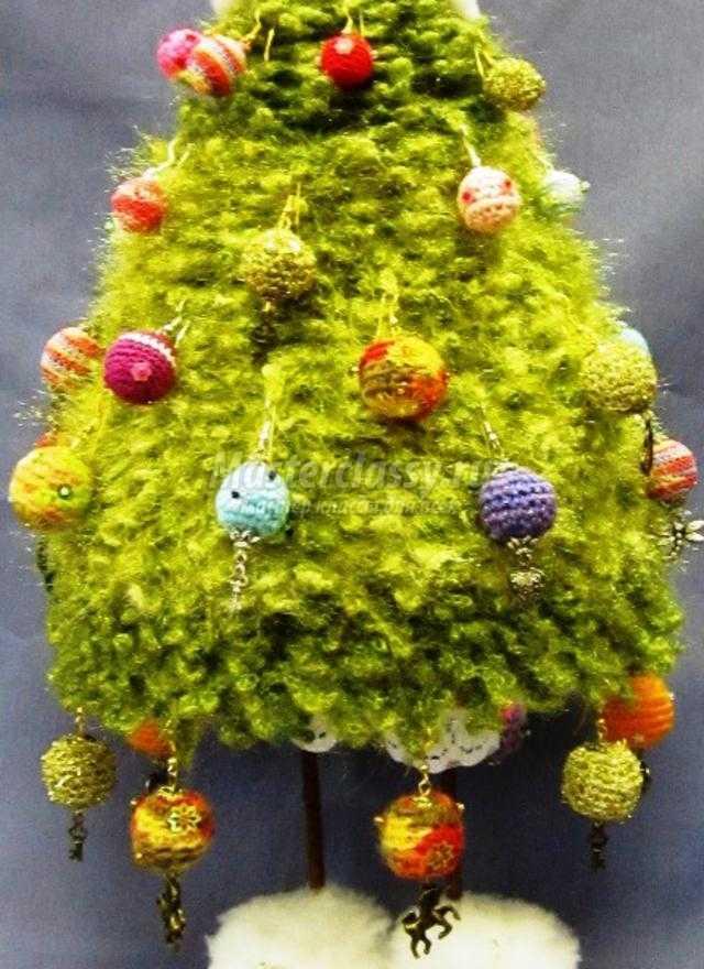 вязаная елка-топотушка с игрушками-серьгами