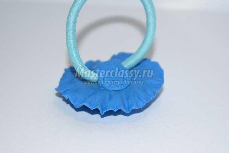 резинка для волос с цветком из холодного фарфора