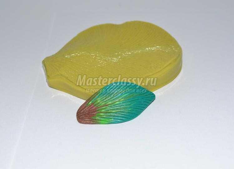 кулон из полимерной глины. Нежная лилия