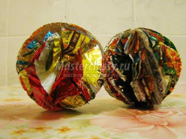 новогодние шарики на елку из фантиков