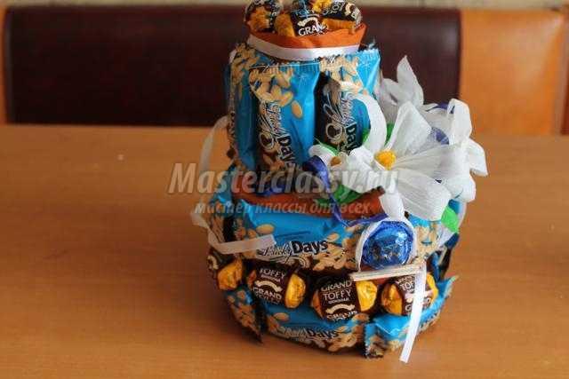 сладкая композиция из конфет. Цветущая крепость