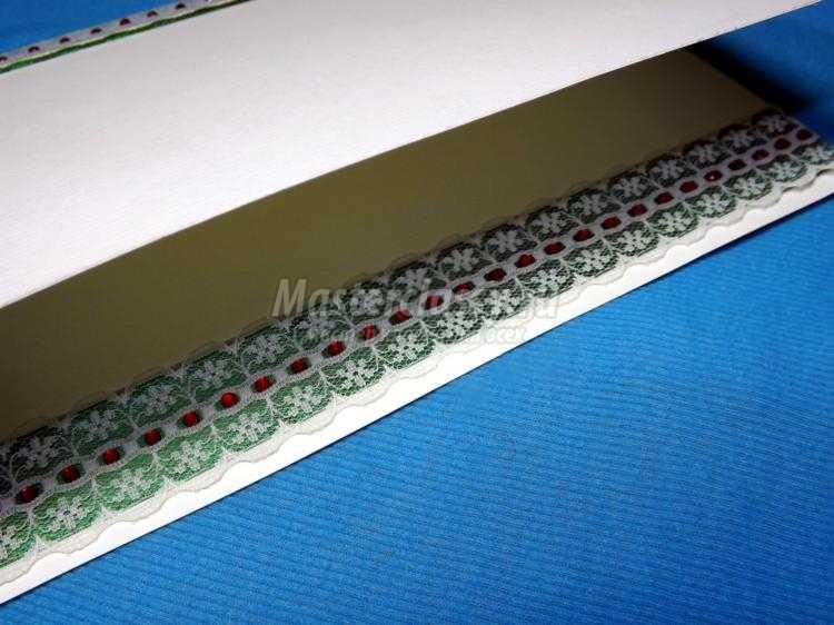 открытка в технике квиллинг с цветами и кружевом