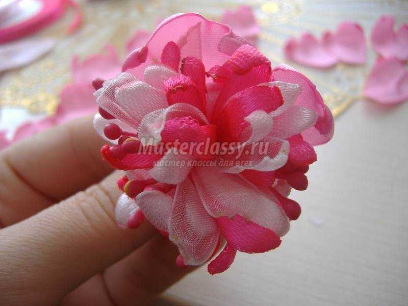 Староанглийская роза из атласных лент