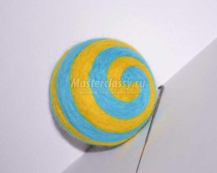 елочная игрушка из шерсти. Желто-голубой шарик