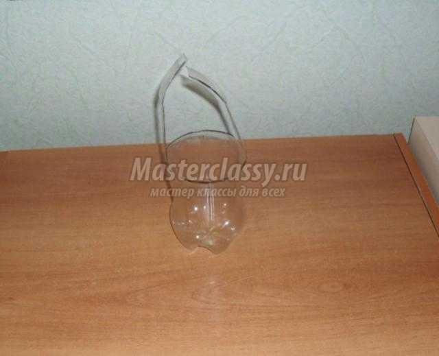 корзинка с подснежниками из бутылки и пластиковых ложек
