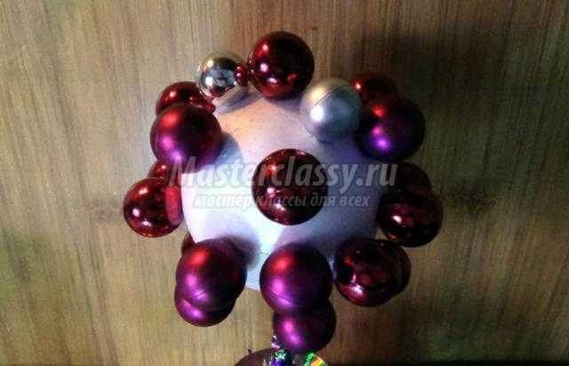 топиарий в новогоднем стиле из елочной мишуры