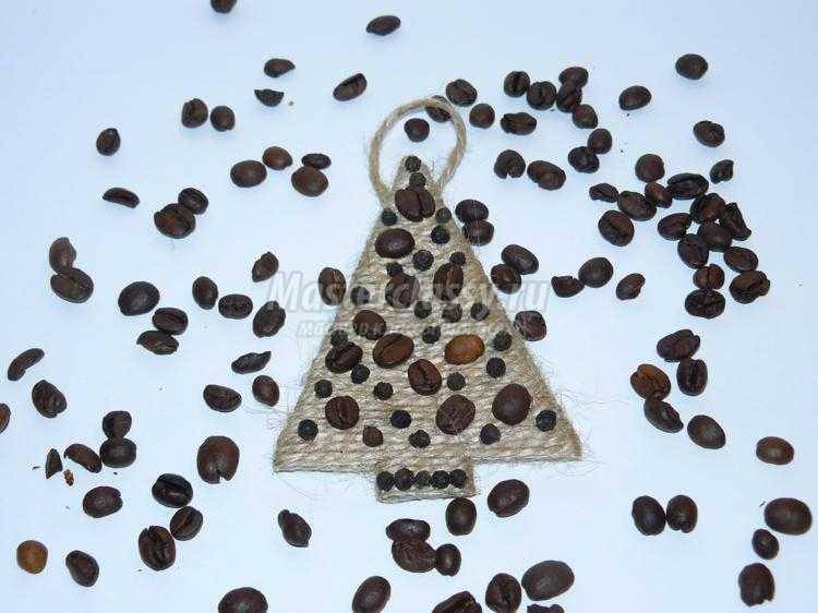 магнит-подвеска из кофейных зёрен. Елочка