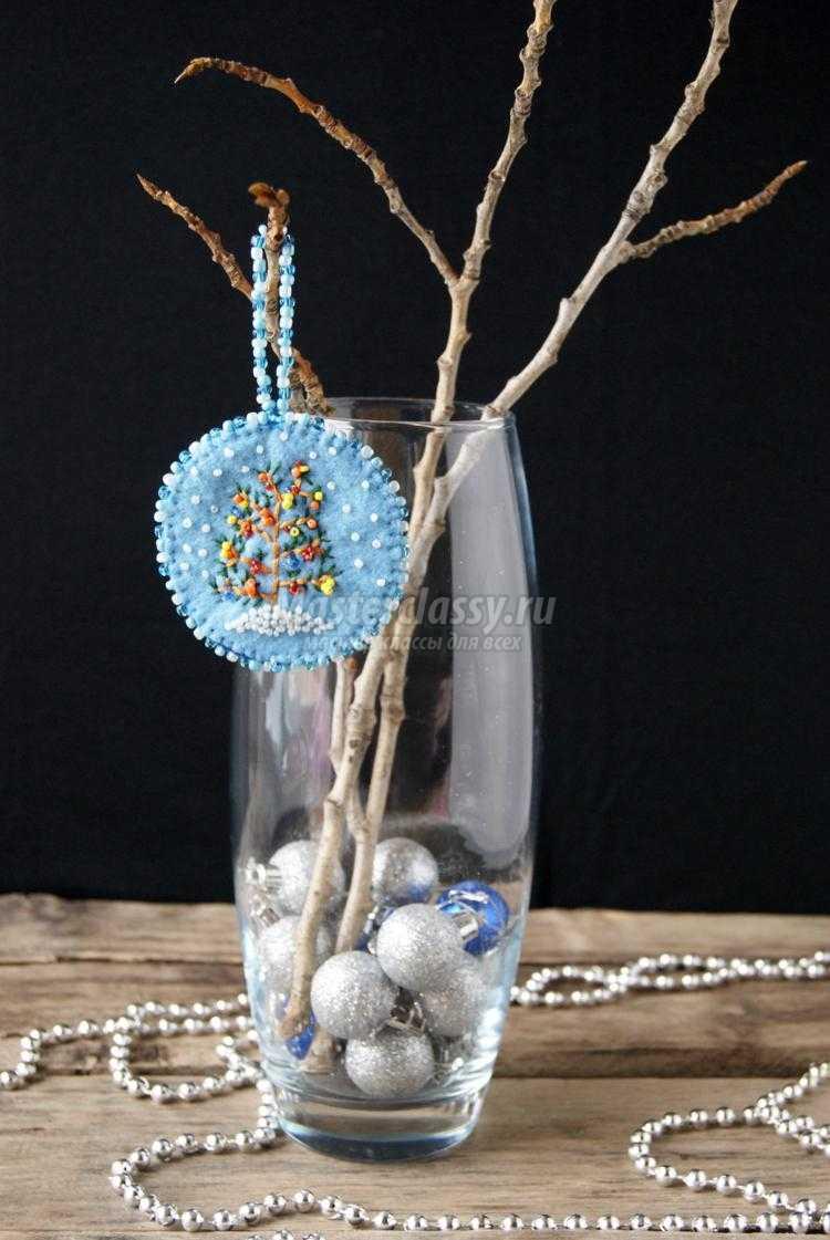 новогоднее подвесное украшение из фетра