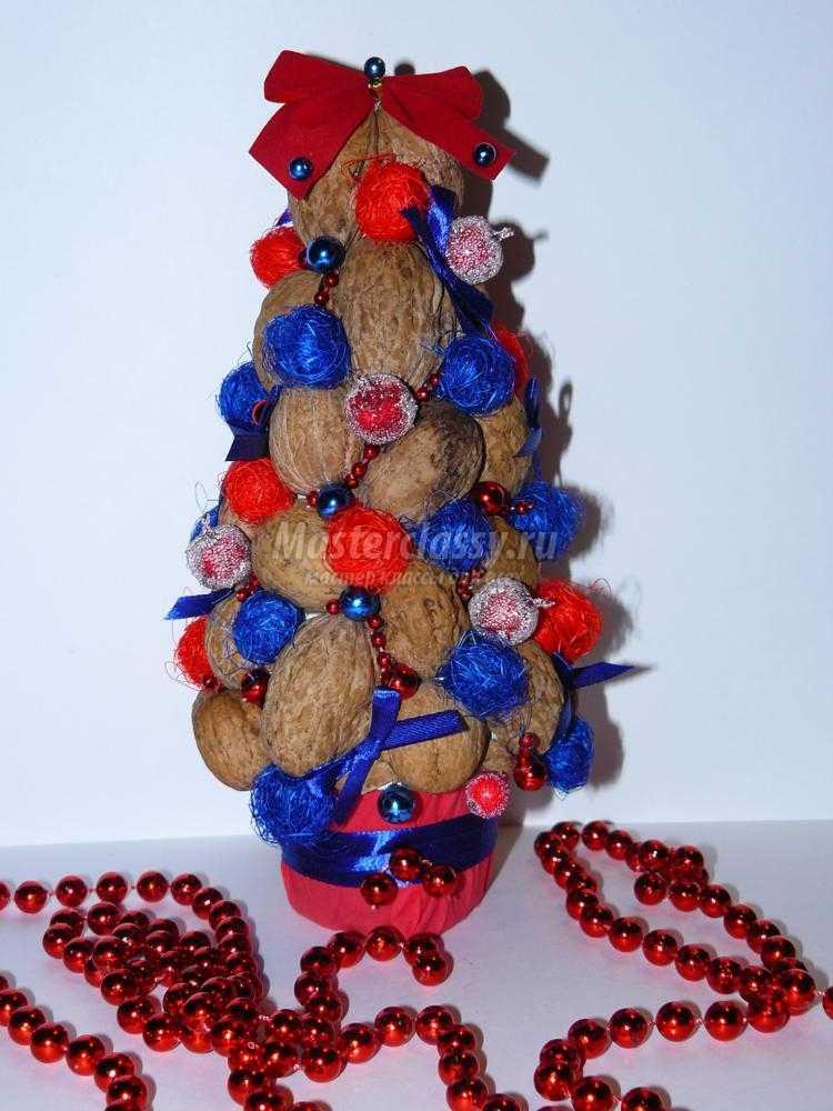 новогодняя ёлка из скорлупы грецких орехов