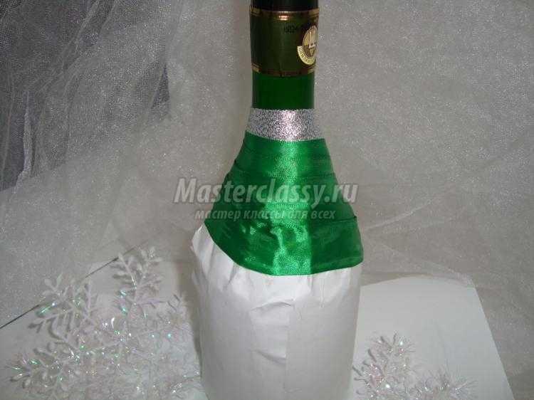 новогодняя елка из бутылки шампанского и лент