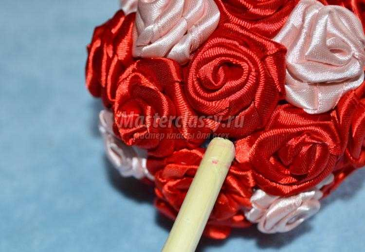 топиарий с розами из атласных лент