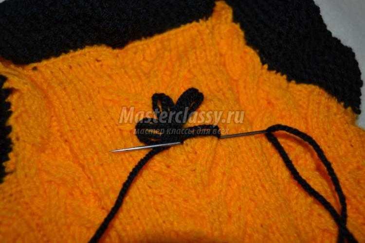 вязаный спицами и крючком жилет для ребенка