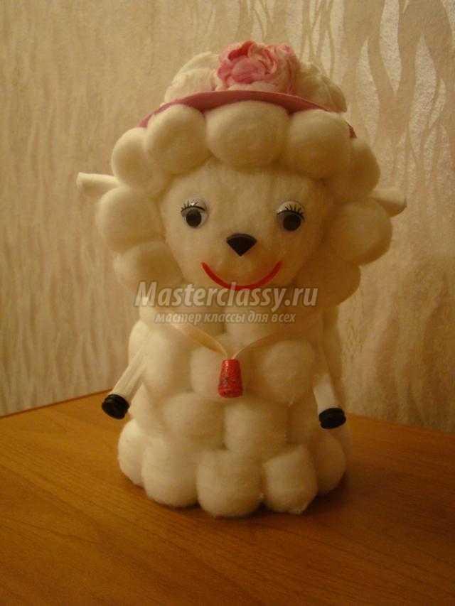 символ 2015 года. Гламурная овечка из ватных шариков