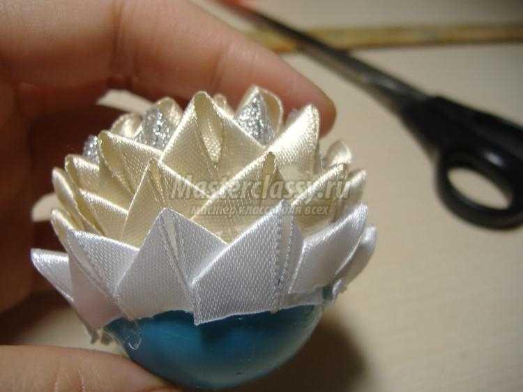елочный шар из лент в технике артишок. Нежность