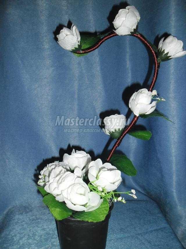 топиарий из ниток и искусственных цветов