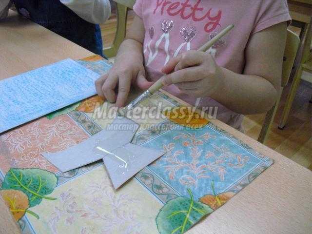 поздравительная открытка из бумаги ко Дню Матери. Цветы
