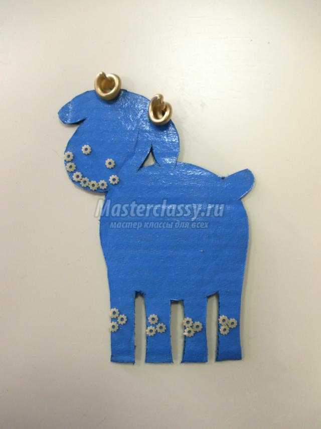синяя овечка из картона и макарон