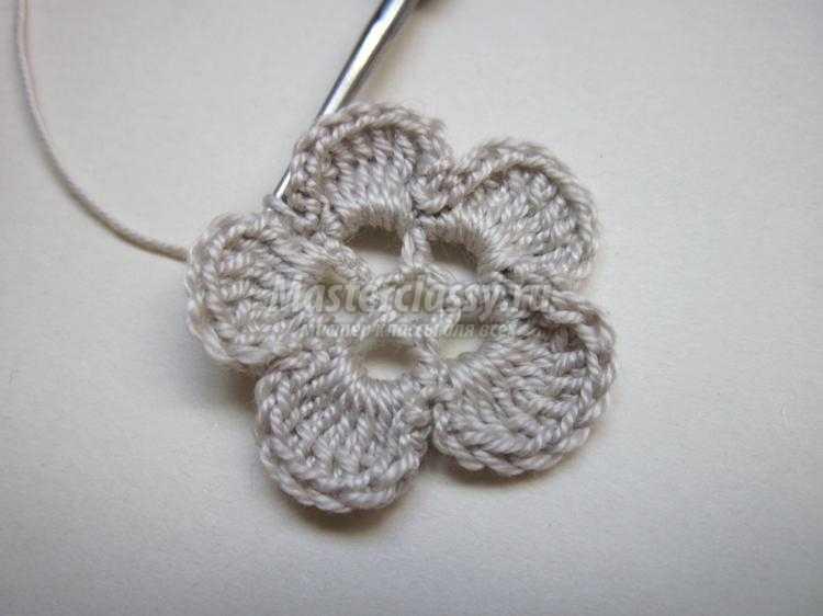 резинка для волос с вязаным цветком