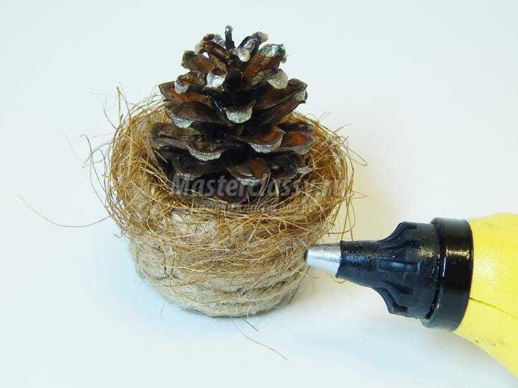 сувенирная елочка из шишки