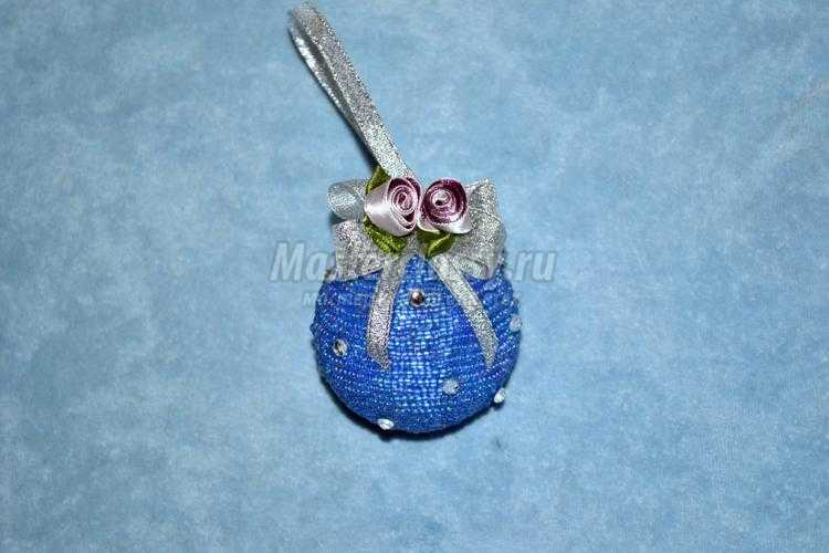 декор елочной игрушки бисером и лентами