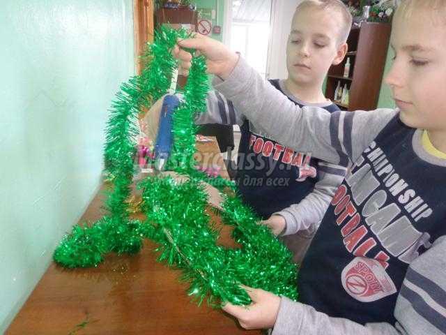 рождественский венок из елочной мишуры