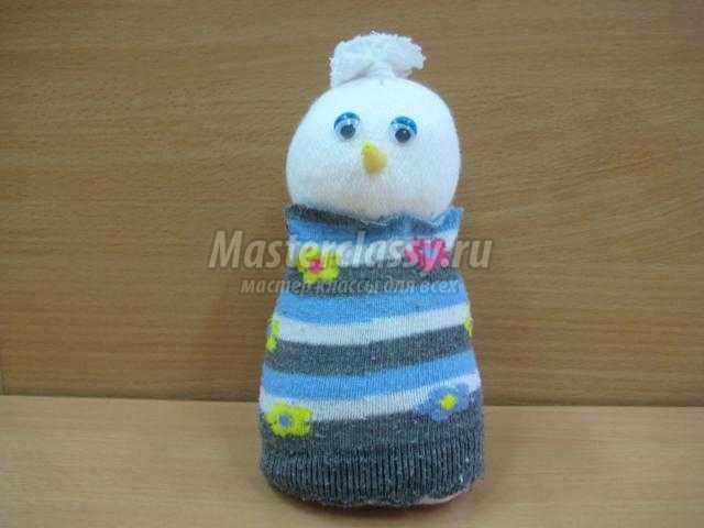 новогодняя игрушка. Снеговичок из носочков