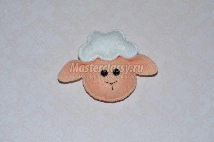 новогодний магнит из фетра в виде овечки