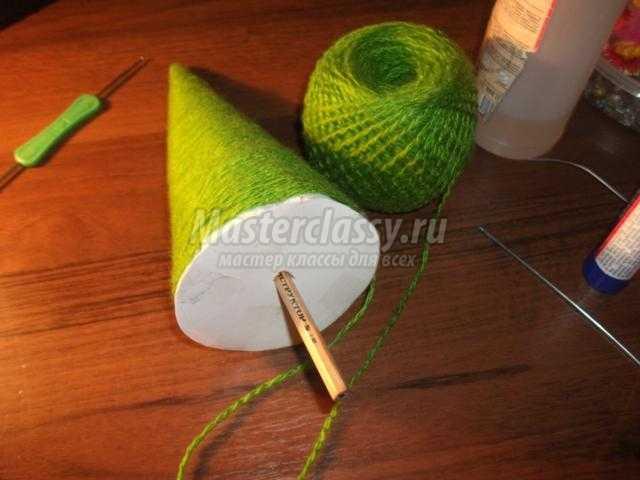 новогодняя ёлочка из ниток с бантиками