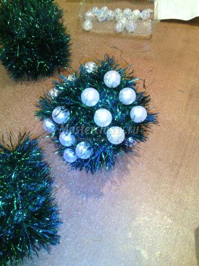 новогодний шар из бусин и ниток. Кости на удачу