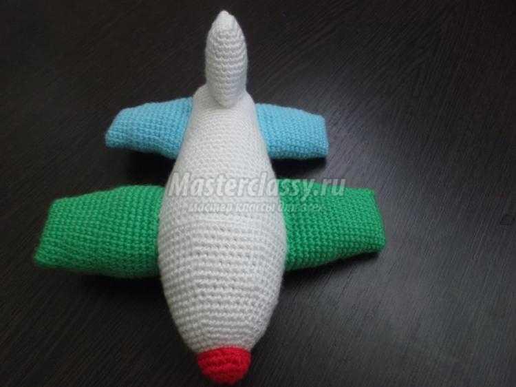вязаный самолет крючком в технике амигуруми