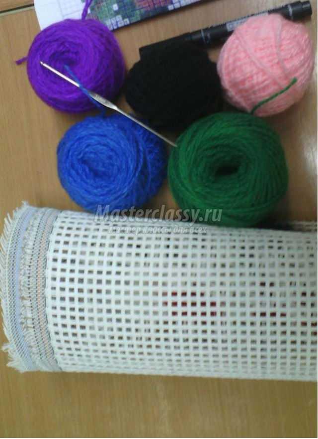ковровая вышивка накидка на табуретку. Радужное сердечко