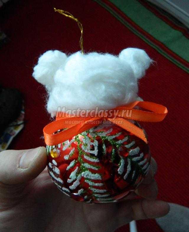 елочная игрушка из шара и ваты. Мишка