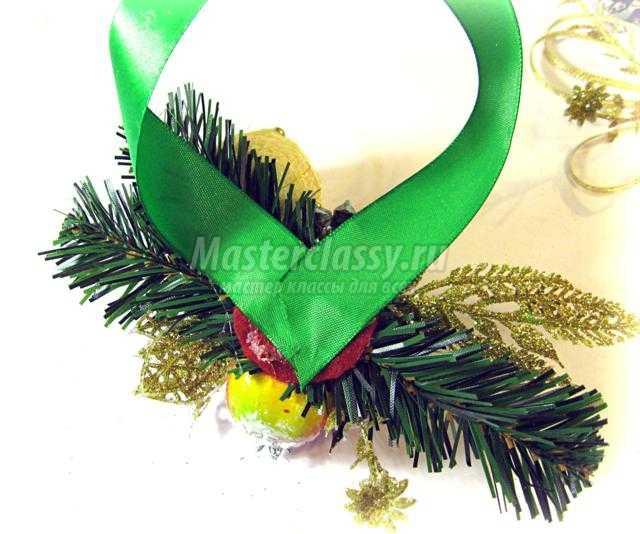 флористическое украшение на шампанское к Новому году