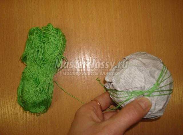 новогодний шарик из ниток и пайеток