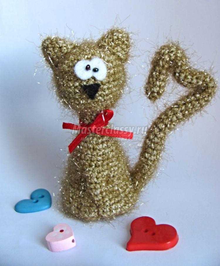 вязаный котик-валентинка крючком