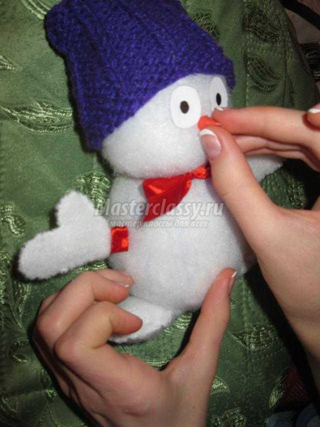новогодняя игрушка. Снеговик из синтепона