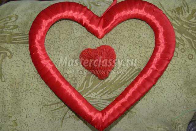 объёмная валентинка из лент и картона. Сердечко