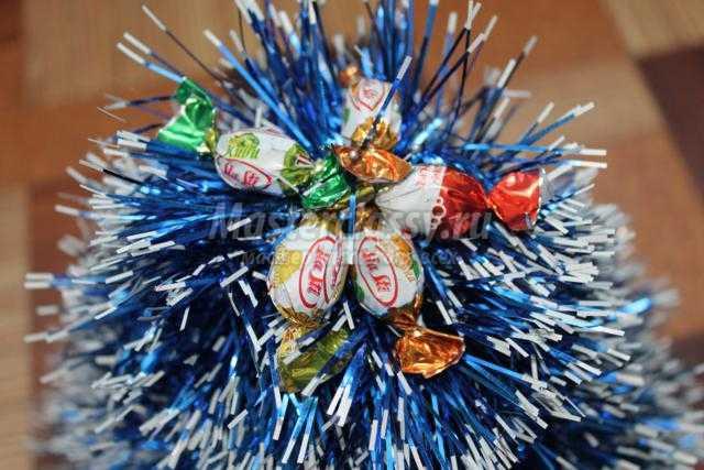 сладкая елочка из мишуры и конфет