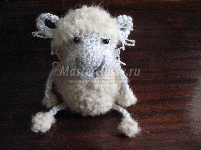 новогодний венок из веток с вязаной овечкой